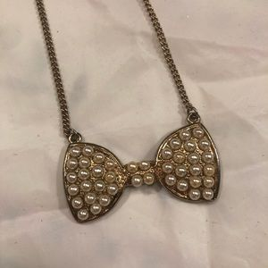 Gold bow necklace with white pearls